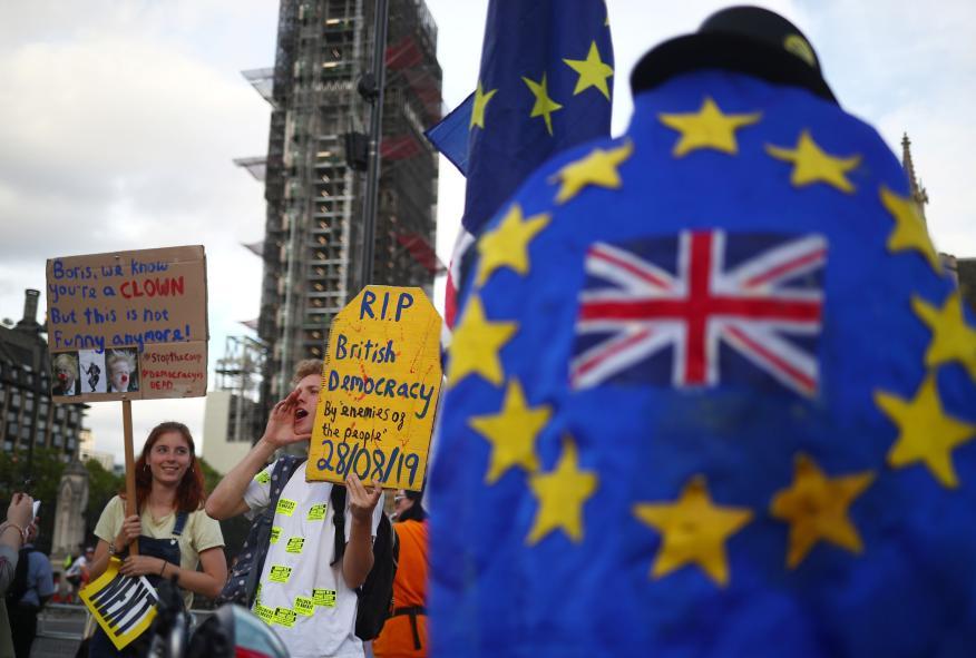 Los opositores al Brexit participan en una manifestación ante el Parlamento británico, en Londres.