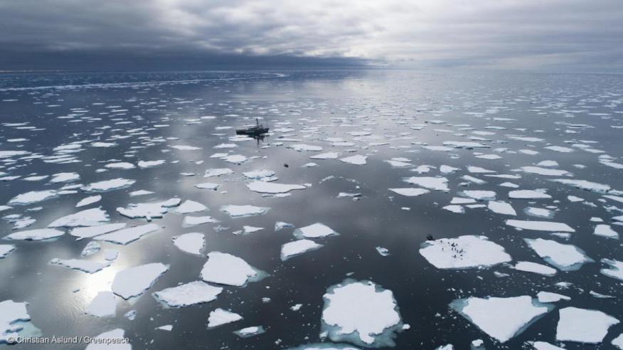El barco Arctic Sunrise rodeado de hielo flotante en el océano cerca de Svalbard, Noruega.