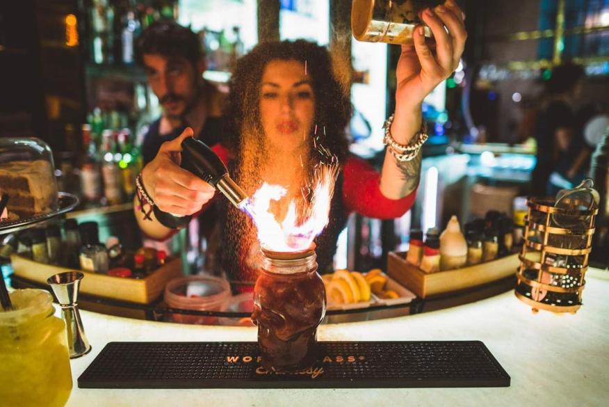 Ana Gracia, barmaid experta en cócteles preparando una de sus creaciones