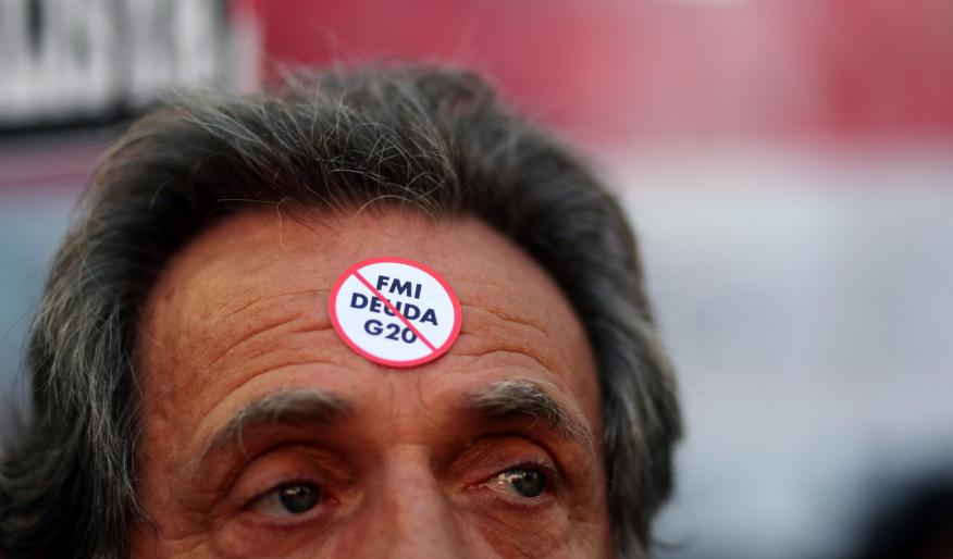 Un argentino con una pegatina contra el rescate del FMI a la deuda argentina