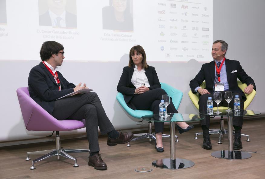 Borja Bergareche, director de Kreab Digital, modera una mesa redonda entre Carina Cabezas, presidenta de Sodexo Iberia, y César González-Bueno, presidenta de Sodexo Iberia.