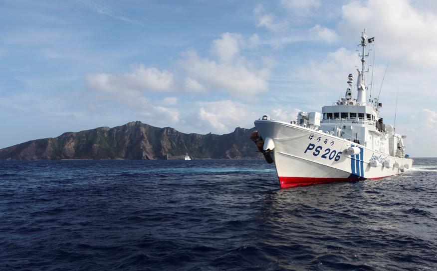 Un buque patrulla las aguas