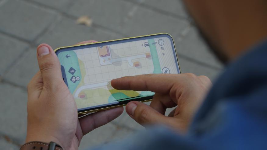 Un hombre jugando a un juego en un iPhone 11