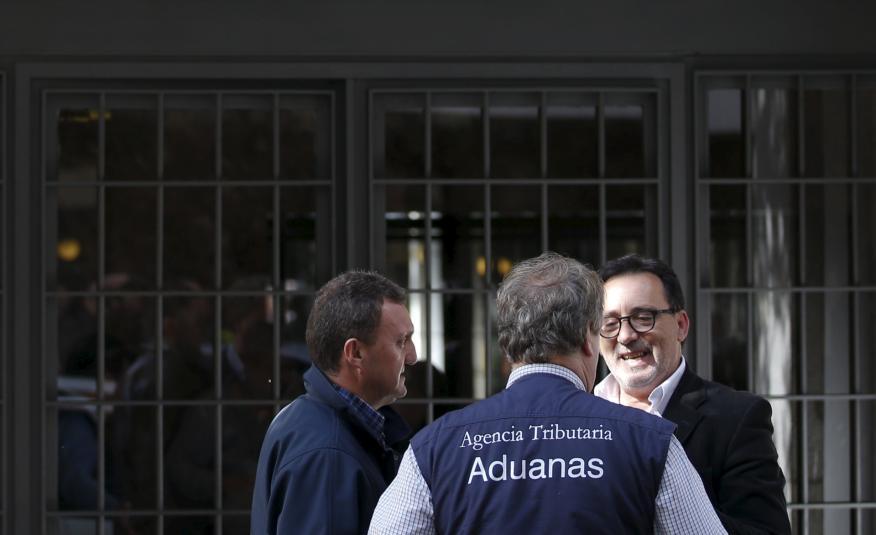 Inspectores de la Agencia Tributaria ante la vivienda de Rodrigo Rato