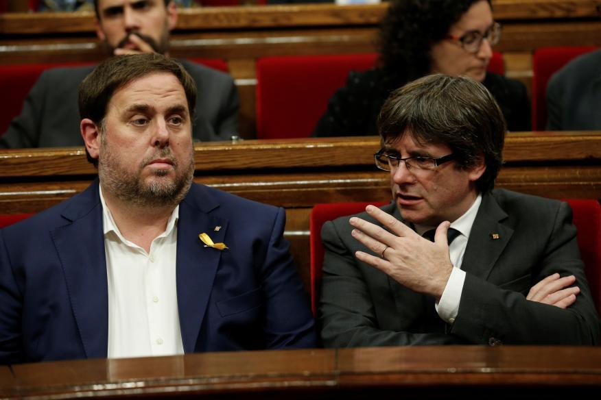 Oriol Junqueras y Carles Puigdemont, durante una sesión del Parlamento de Cataluña, en una fotografía de archivo.