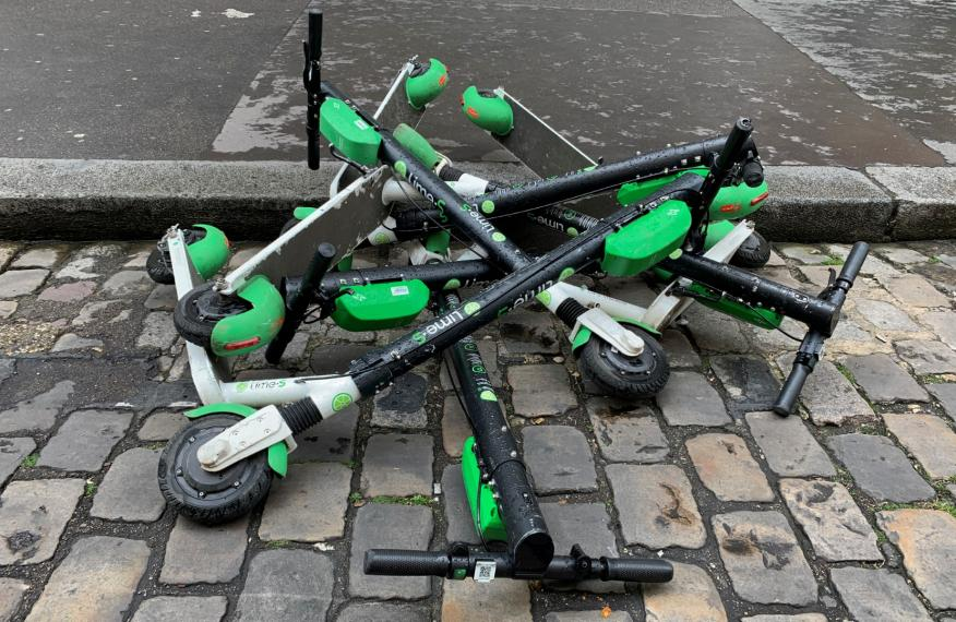 Patinetes eléctricos compartidos Lime caídos en una calle de París.