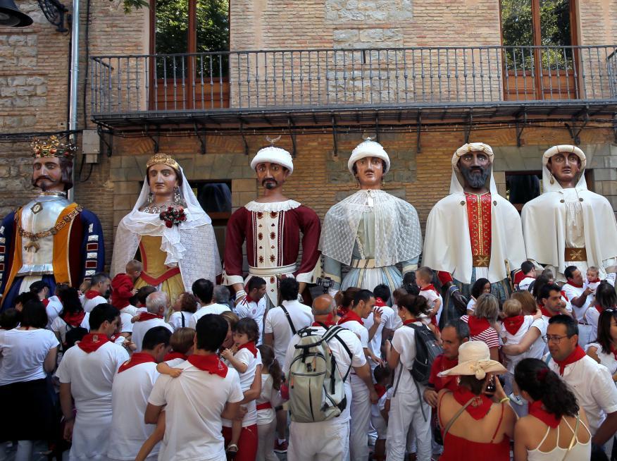 Una procesión de gigantes y cabezudos en Pamplona.
