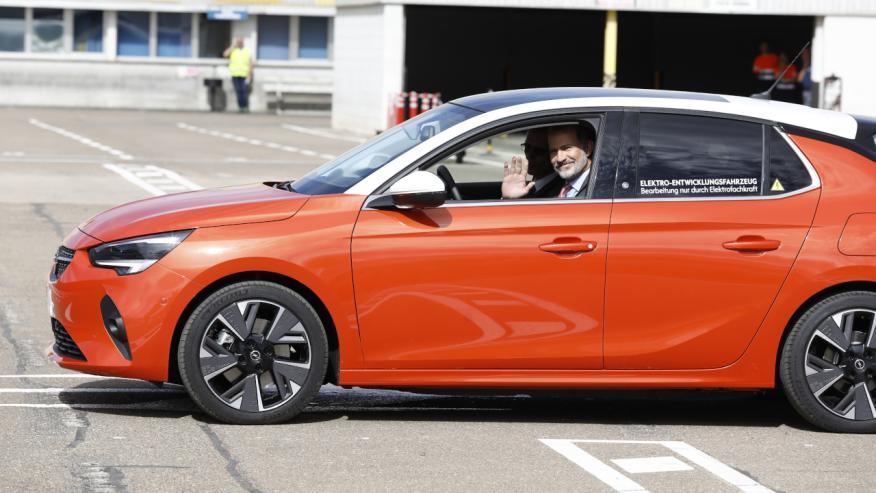 El Rey Felipe VI a bordo de una unidad del Opel Corsa eléctrico.