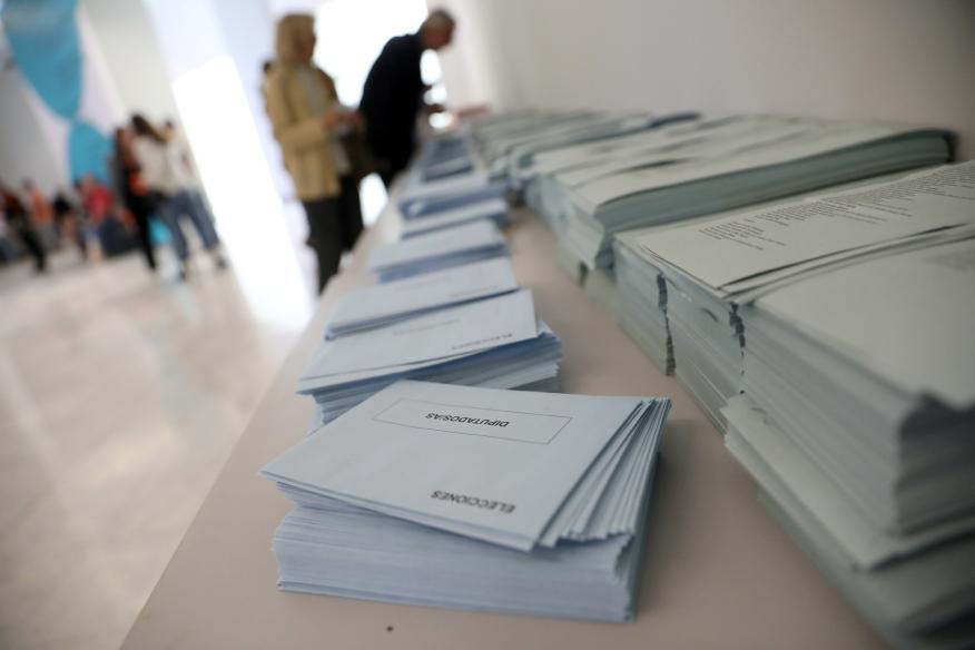 Sobres y papeletas de voto en un colegio electoral durante las elecciones generales del 28 de abril de 2019