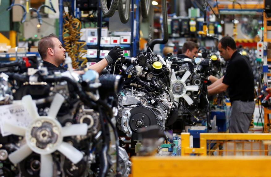 Trabajadores en una cadena de montaje de una fábrica de coches en Zaragoza