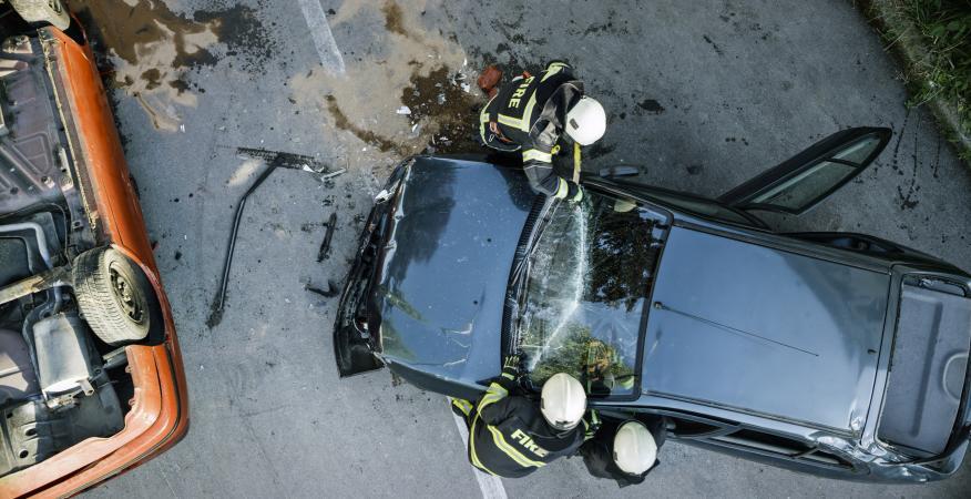 Accidente de coches con bomberos interviniendo