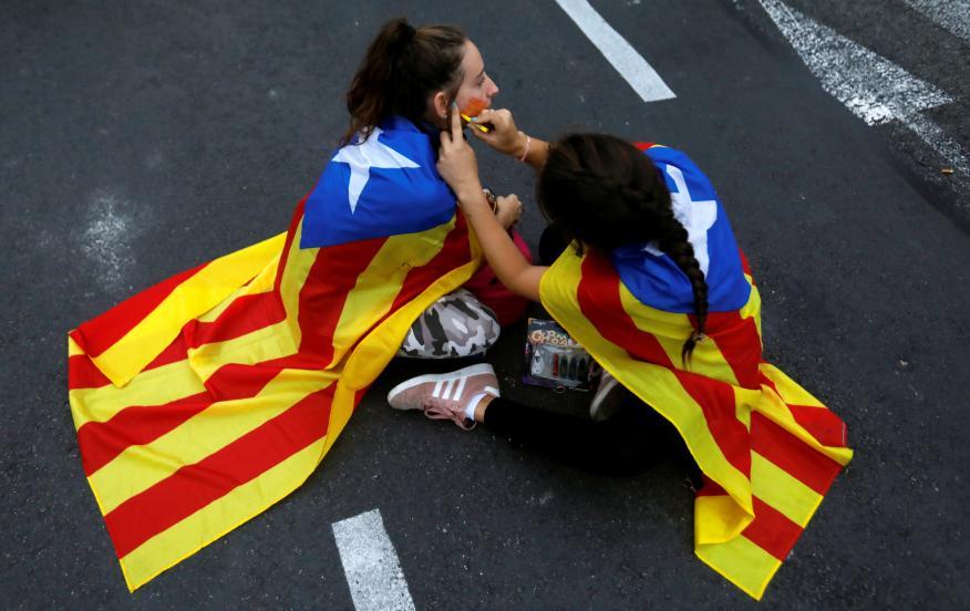 Dos jóvenes durante las protestas contra la sentencia del procés.