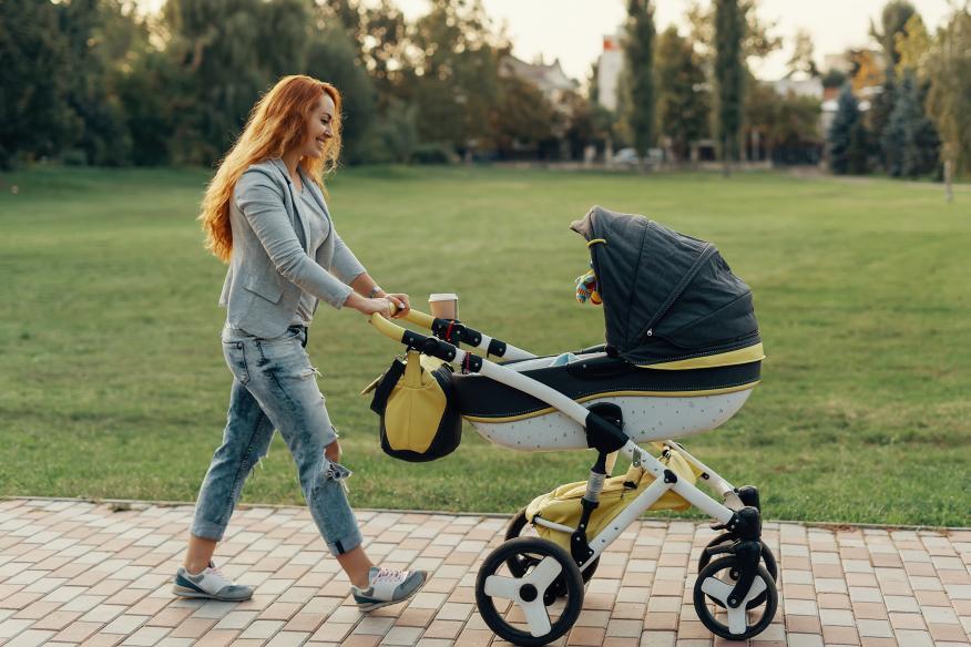 Mujer paseando con un carrito de bebé