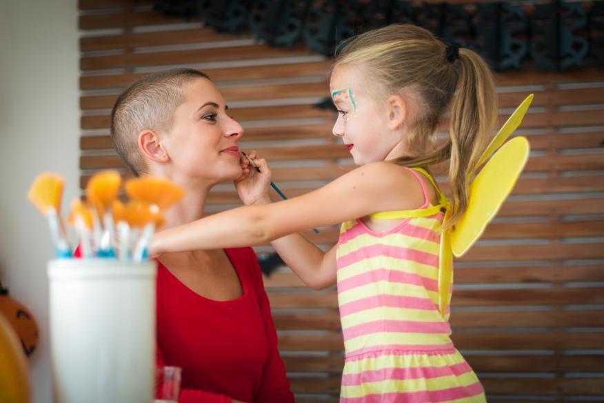 niña pinta la cara a su madre con cáncer