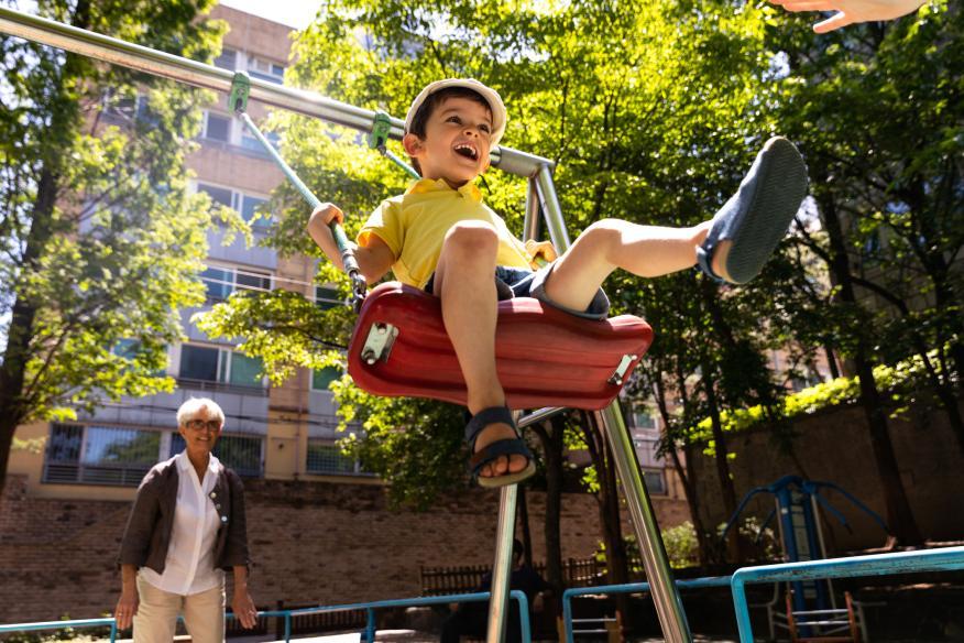 Niño en el parque jugando