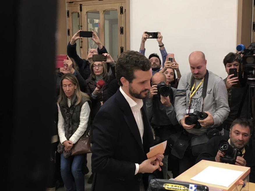 Pablo Casado vota en el colegio de Nuestra Señora del Pilar