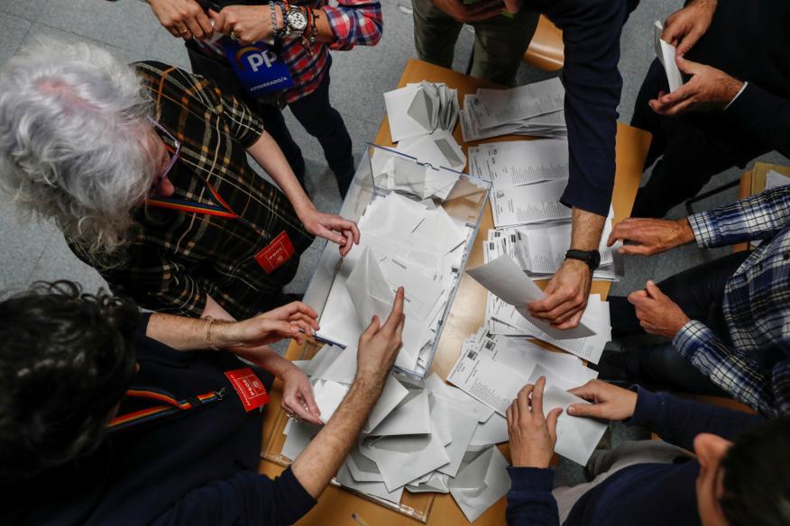 Recuento de votos en una mesa electoral durante los comicios del 10-N
