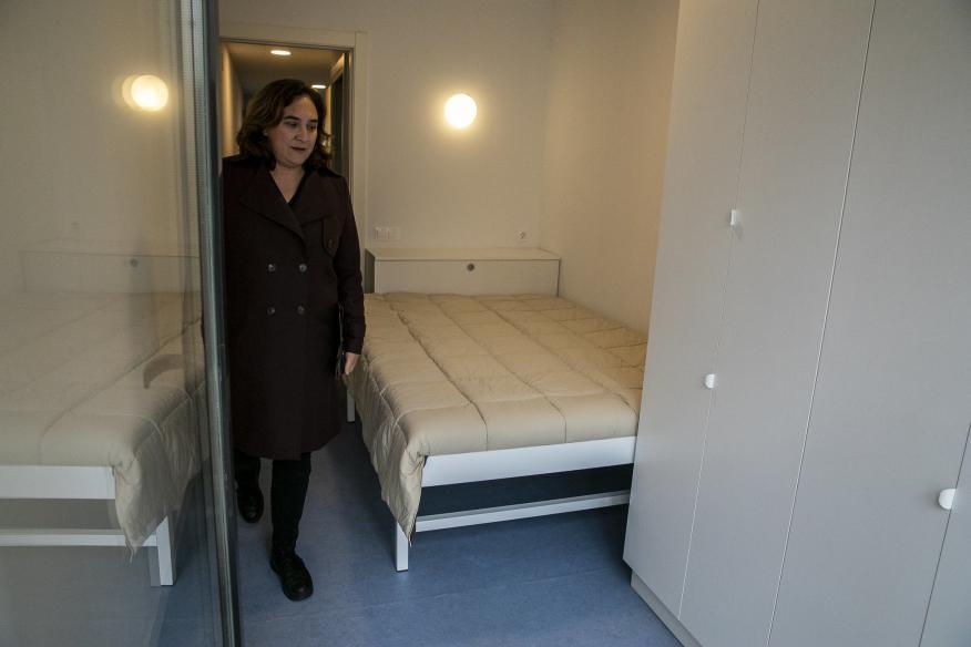 Ada Colau en una de las habitaciones de las casas del edificio de Alojamientos de Proximidad Provisionales (APROP).