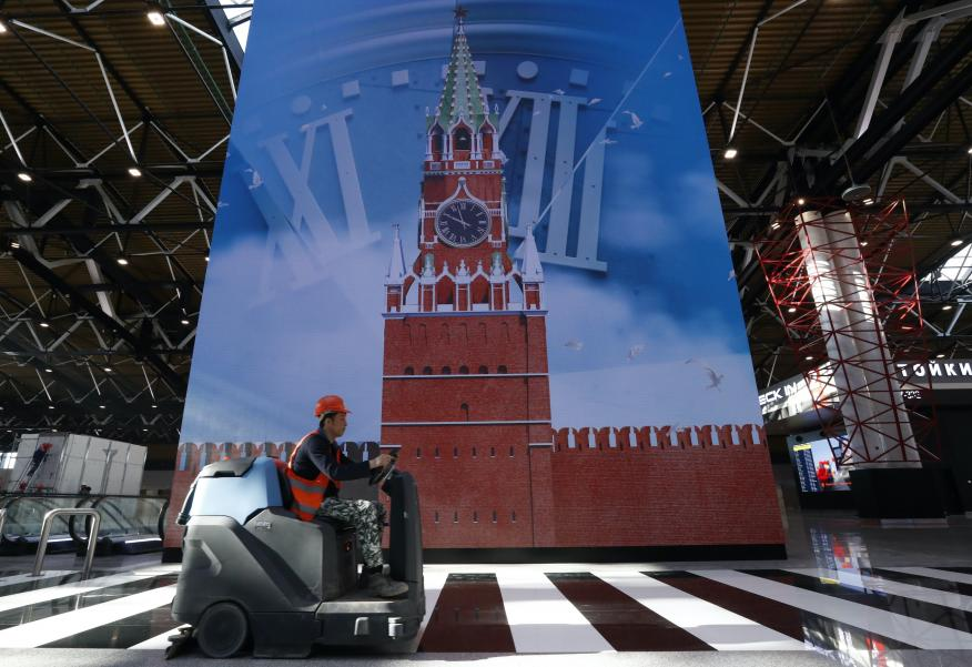 Un trabajador en la Terminal B del Aeropuerto Internacional de Sheremétievo, en Moscú.
