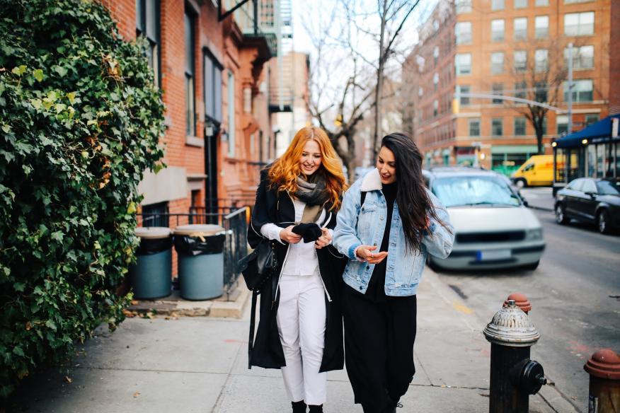 Chicas jóvenes pasean por la calle