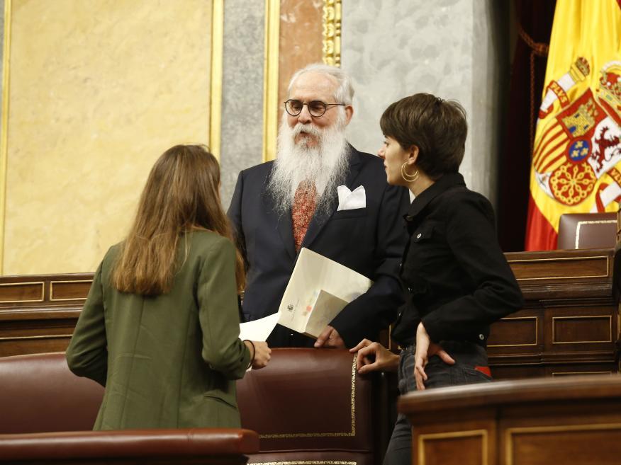 Las diputadas más jóvenes, Lucía Muñoz (UP, izq.) y Marta Rosique (ERC, der.) acompañan al diputado más viejo, Agustín Zamarrón (PSOE).