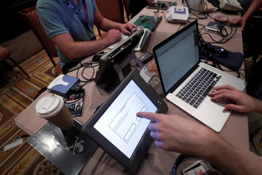 Un grupo de hackers en una convención en Las Vegas en 2017.