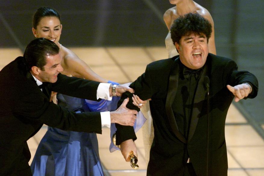 Antonio Banderas y Penélope Cruz no lo tuvieron fácil para llevarse a Pedro Almodóvar del escenario tras recibir su Óscar en 1999 por 'Todo sobre mi madre'.