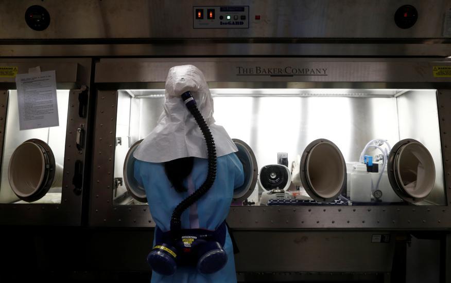 Científicos de Singapur prueban kits de diagnóstico contra el coronavirus.