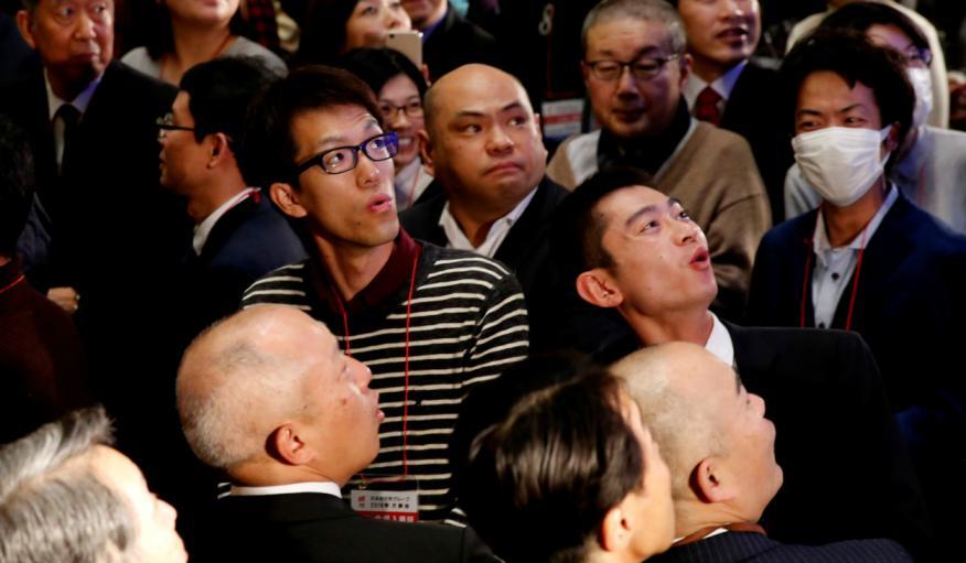 Asistentes observan la caída del Nikkei en la bolsa de Japón en 2018.
