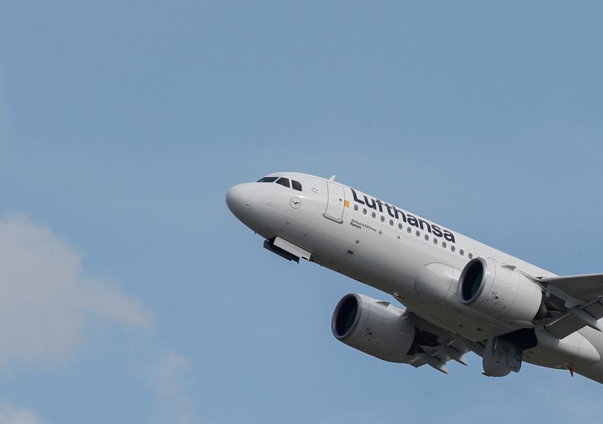 Un avión de Lufthansa despega de un aeropuerto