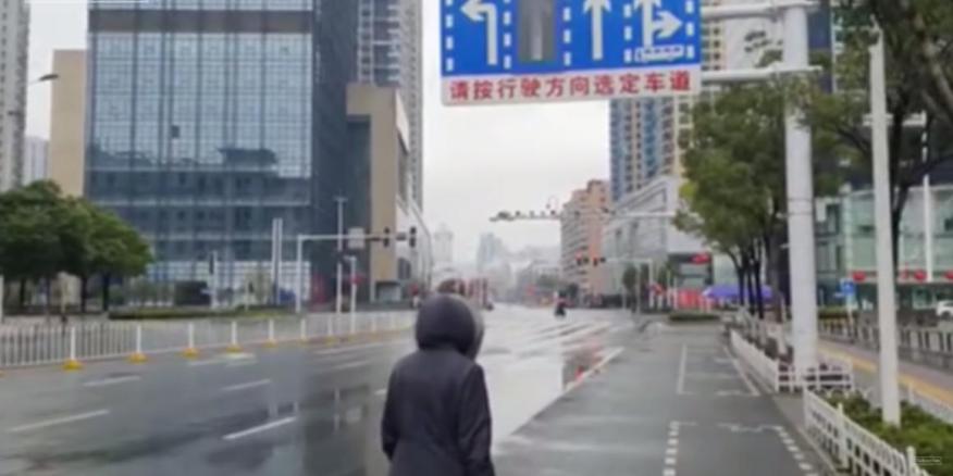 Ben Kavanaugh caminando la semana pasada por una calle desértica en Wuhan (China).