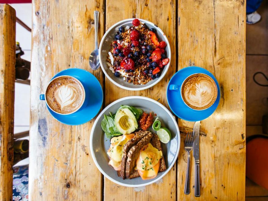 Los huevos, las frutas, las verduras y los cereales integrales sirven para preparar un desayuno apto para la dieta DASH.