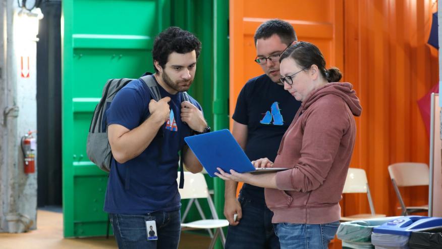 En Bug Bash, un evento de hacking ético llevado a cabo por Atlassian y Bugcrowd, Jesse Kinser, directora de seguridad de producto de LifeOmic, muestra un hallazgo al equipo de seguridad de Atlassian.