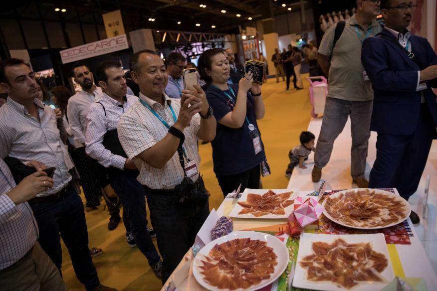 """Final de """"Mejor cortador de jamón Capa Blanca"""" de Interporc España 2018 dentro de la feria de comida Meat Attraction en Madrid."""