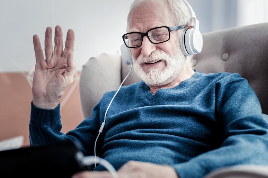 Jubilado escuchando música