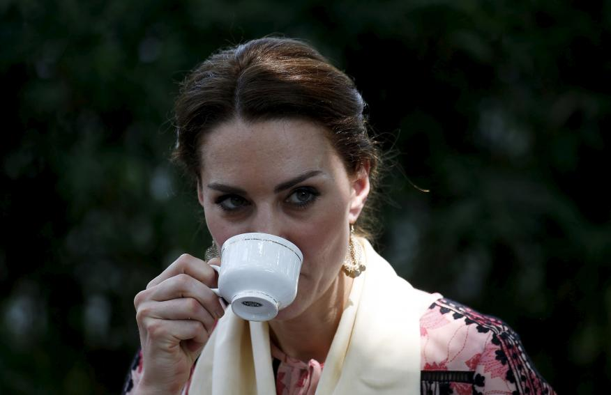 Kate Middleton, Duquesa de Cambridge, bebiendo una taza de té.