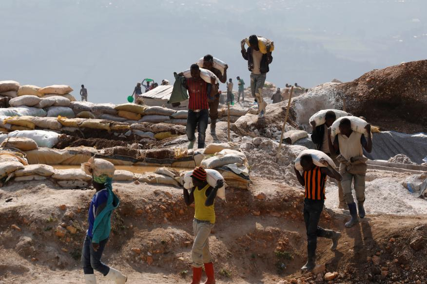 Trabajadores cargan sacos en una mina de Rubayan en la República Democrática del Congo.