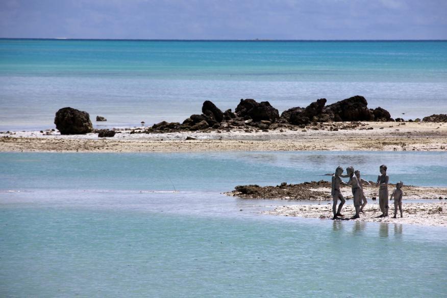 Unos niños juegan en la isla de Tarawa del Sur, en la nación de Kiribati. Kiribati es uno de los país más amenazados por la subida del nivel del mar.