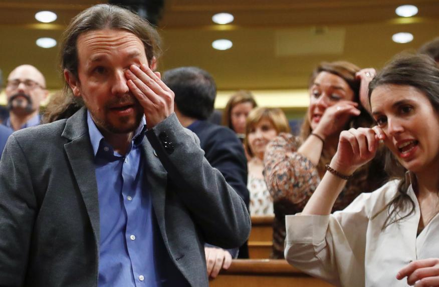 Pablo Iglesias e Irene Montero, emocionados tras la sesión de investidura que ha convertido a Pedro Sánchez en presidente del Gobierno.