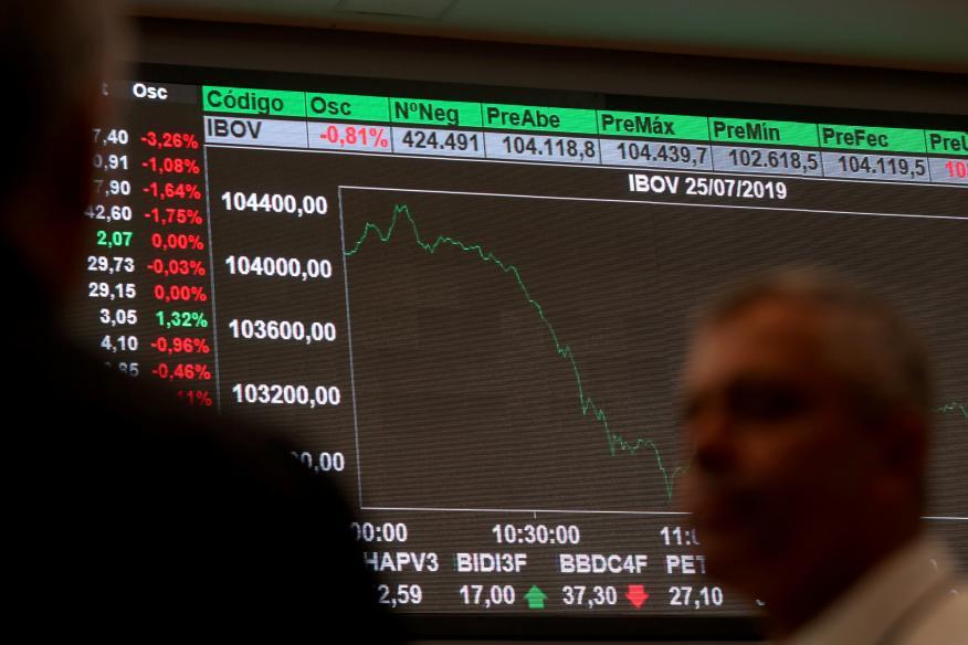 Las pantallas muestran caídas en el índice de la Bolsa de São Paulo (Brasil)