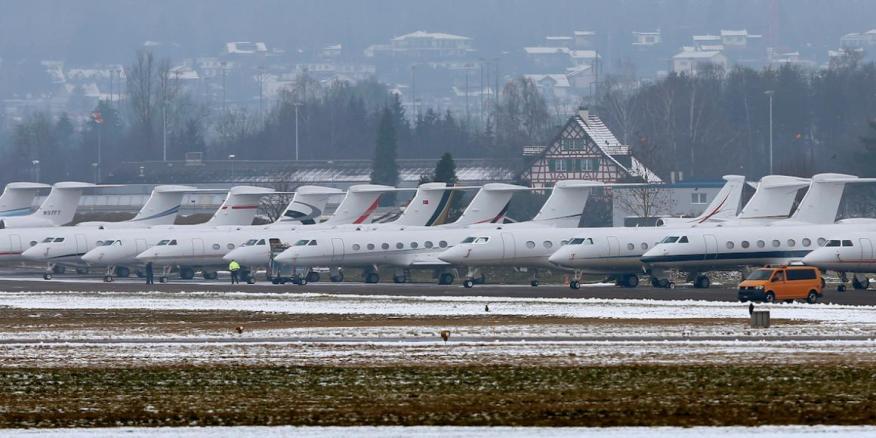 Aviones de pasajeros estacionados en la base de la Fuerza Aérea Suiza en Duebendorf, utilizada por quienes viajan a la reunión anual del Foro Económico Mundial en Davos, Suiza, en enero de 2016.