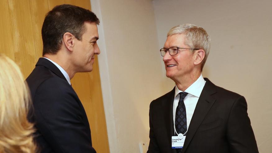El presidente del Gobierno, Pedro Sánchez, charla en Davos con Tim Cook, CEO de Apple.
