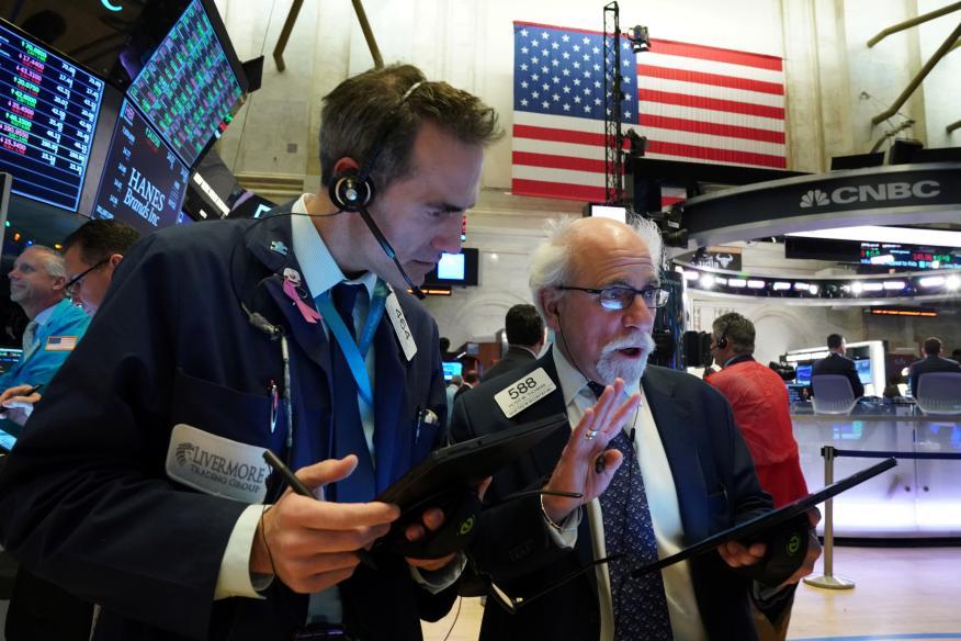 Traders analizando el mercado en Wall Street.