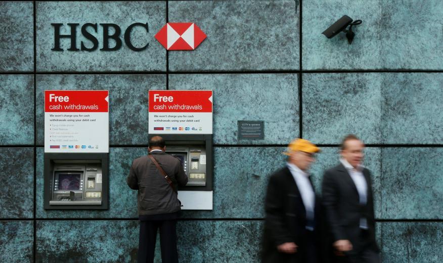 Un cliente retira efectivo en un cajero automático de HSBC en Londres