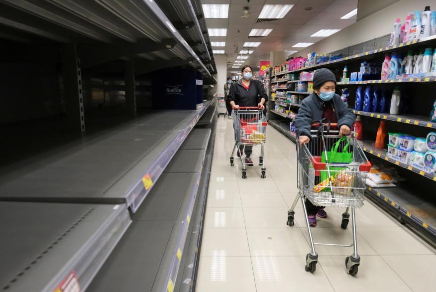 Clientes ante estantes vacíos de papel higiénico en un supermercado en Hong Kong, China, el 6 de febrero de 2020.