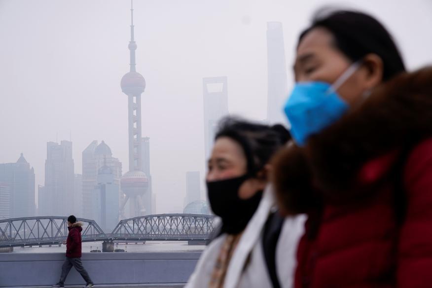 Dos mujeres chinas pasean por Pekín en medio del brote del coronavirus