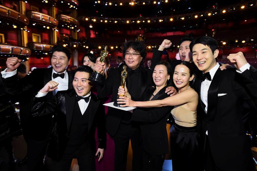 """Equipo de la película """"Parásitos"""" mostrando los Oscar conseguidos en 2020"""