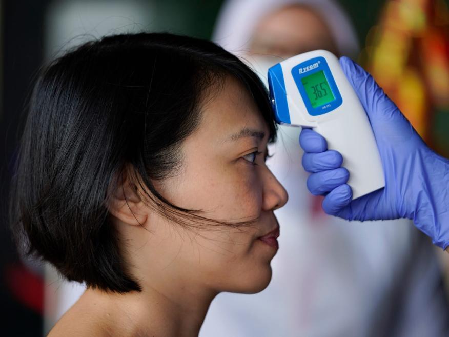 Muchas empresas chinas están examinando a sus empleados para detectar el coronavirus con lectores de temperatura portátiles.