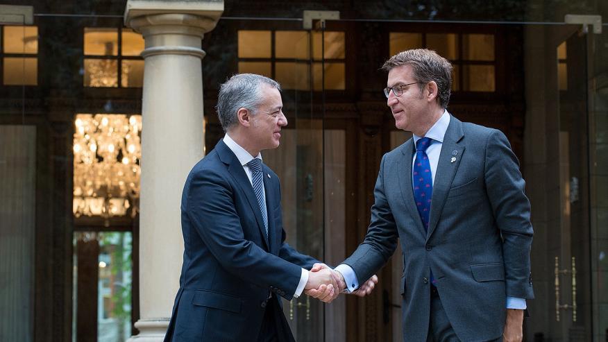 El presidente de País Vasco, Íñigo Urkullu, saluda al presidente de Galicia, Alberto Núñez Feijóo.