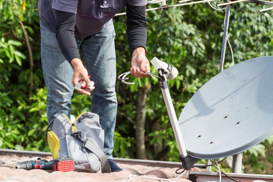 Técnico reparando antena.